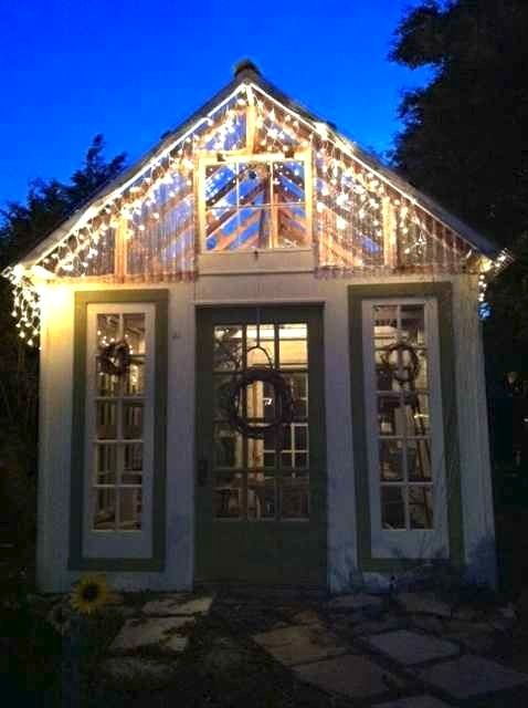 Beleuchtetes Gartenhaus