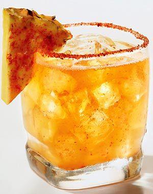 """Pina""""caliente"""":2 onzas de mezcal reposado+ 4 onzas de jugo de piña+ ¼ onzas de jugo limón y trocitos de piña.En una jarara mezclar el mezcal con el jugo de pina,agregar el jugo de limon y hielo.Escarchar el derredor del vaso con salsa Tajin,servir y deocrar con un pedacito de pina enchilada."""