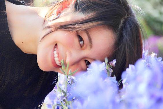 青い花と映る笑顔がかわいい小林涼子の画像