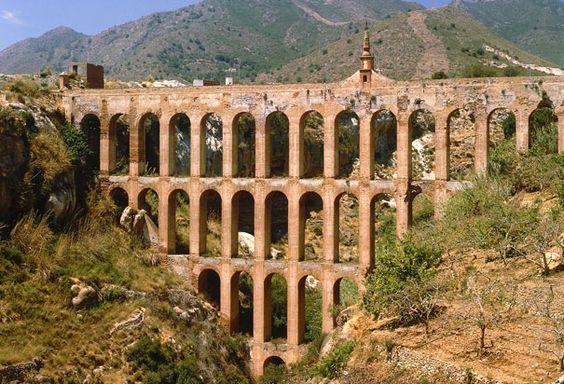 Uno de los tantos acueductos romanos, verdaderas obras de ingeniería que vencieron al tiempo, éste en Near Nerja, España, con sus característicos arcos.