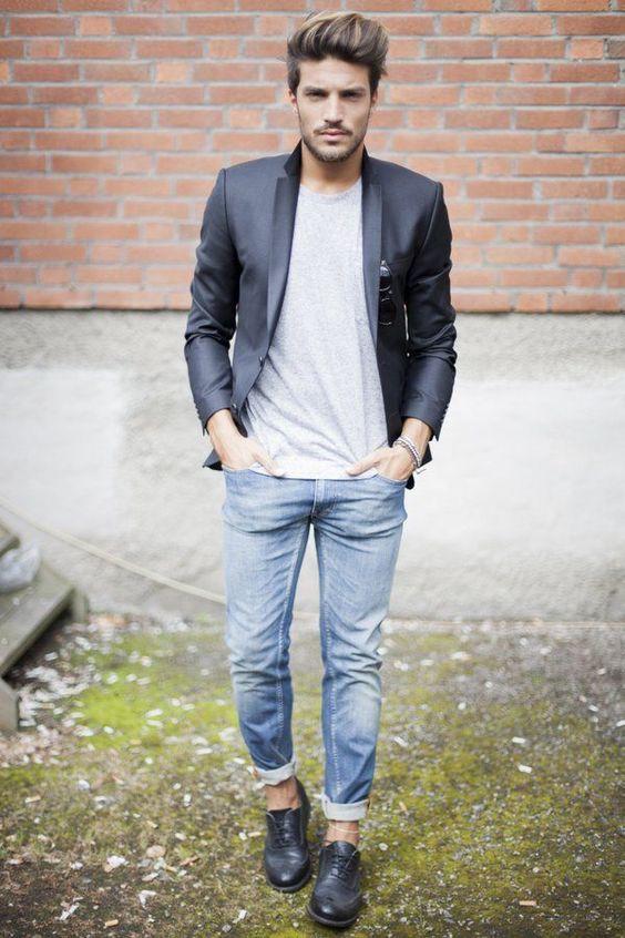 Den Look kaufen: https://lookastic.de/herrenmode/wie-kombinieren/sakko-t-shirt-mit-rundhalsausschnitt-jeans-brogues-sonnenbrille/5611 — Hellblaue Jeans — Schwarze Sonnenbrille — Graues T-Shirt mit Rundhalsausschnitt — Dunkelblaues Sakko — Schwarze Leder Brogues