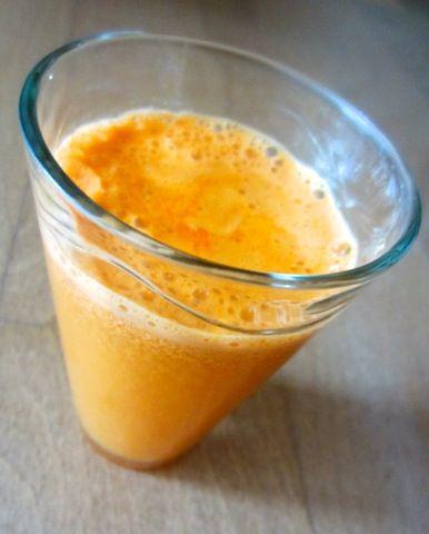 """Recette: Jus de légumes """"orange"""" 2 carottes 2 oranges 1 concombre 1 tranche de citron jaune"""