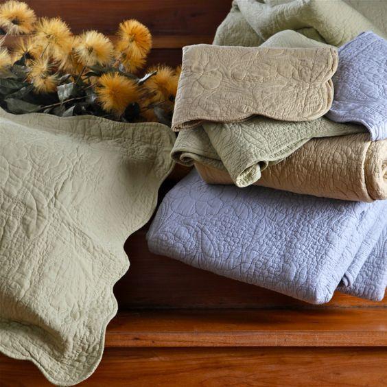 Colcha Bouti Com Porta Travesseiro - Colcha Bouti Com Porta Travesseiro Composição do Tecido: 100% Algodão Composição da Manta: 100% Algodão  Cores:  Verde Azul Cáqui  Camesa