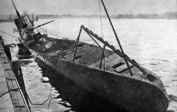 Затопленная советская подводная лодка С-1 у причала Либавы. 07/1941