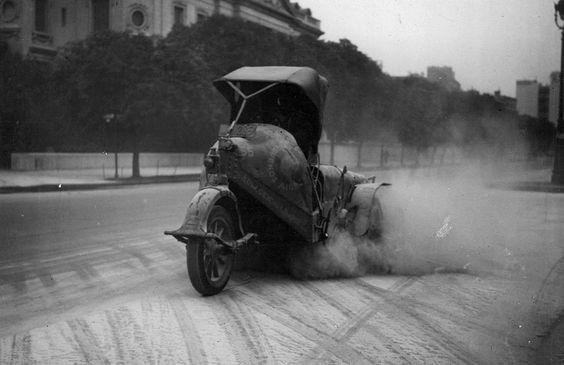 1932 Cenizas en Buenos Aires, Maquina barredora en la Avenida Alvear