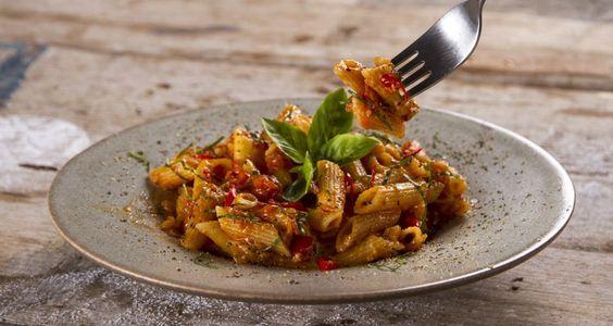 Μακαρονάδα αραμπιάτα από τον Άκη Πετρετζίκη.Καυτερή σάλτσα ζυμαρικών από σκόρδο,ντομάτες και κόκκινη πιπεριά τσίλι. Θα την βρείτε στο akispetretzikis.com:
