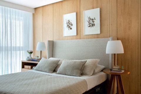 Na cobertura em Niterói, a madeira clara e os demais acabamentos neutros geram uma atmosfera serena.
