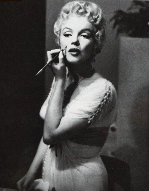 Marilyn Monroe applies her famous beauty spot