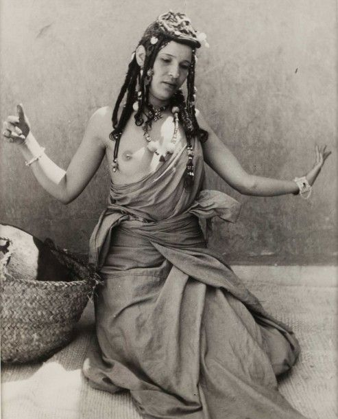 Jean Besancenot (1902-1992) Morocco, 1947. Dance of Guedra. Tribe Ait Oussa. The position before the dance. Dancer. Gestures. baguette player. dancer hairstyle. 11 silver prints of time ... - Big & Delettrez - 18/12/2014