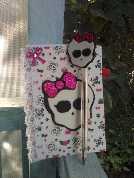 Caderneta e ponteira Monster High.  Para as meninas que amam as monter high fazerem suas anotações, com ponteira para lápis ou caneta. Também opção de presente ou de lembrancinha para festa no tema.