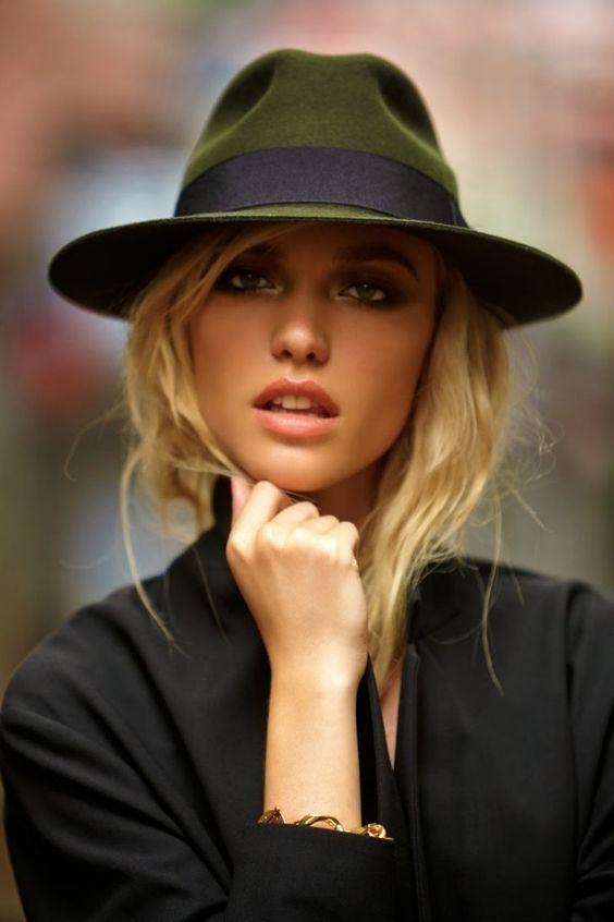 chapeau fedora en vert avec une bande noir coiffure femme à effet décoiffé