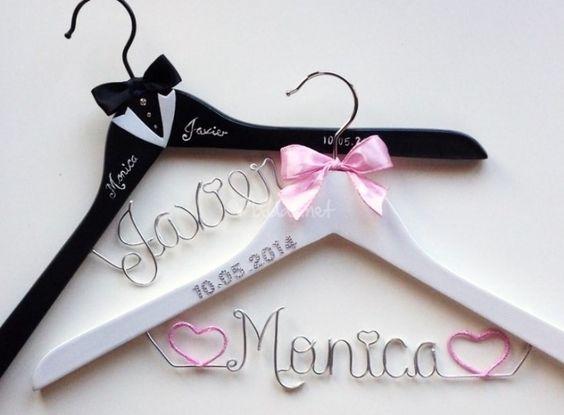 Personaliza tu percha de boda - http://www.bodas.net/articulos/personaliza-tu-percha-de-boda--c2292