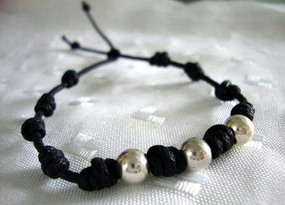 También para ellos: pulsera en cordón negro con nudos tipo franciscano y bolitas de plata.