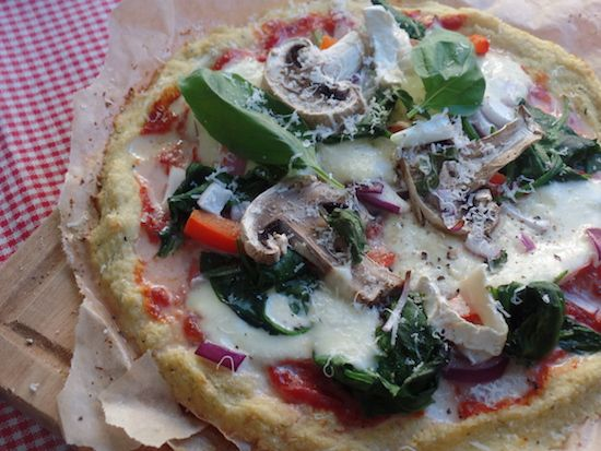 Easy gluten free cauliflower pizza with vegetarian toppings