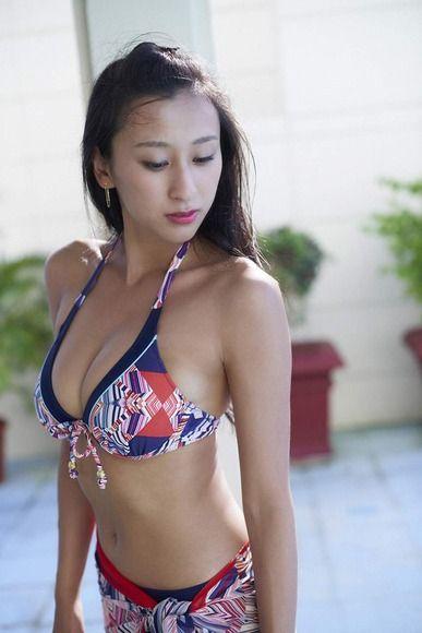 うつむき加減の浅田舞