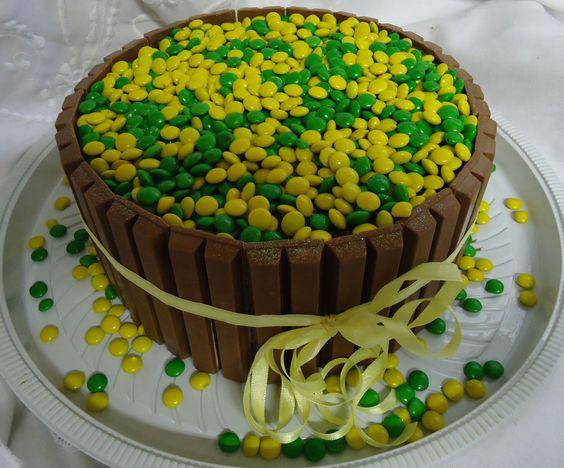 Bolo Kit Kat com Confete Verde e Amarelo - Copa do Mundo do Brasil 2014 - Theme Cake - https://www.docemeldoces.com/