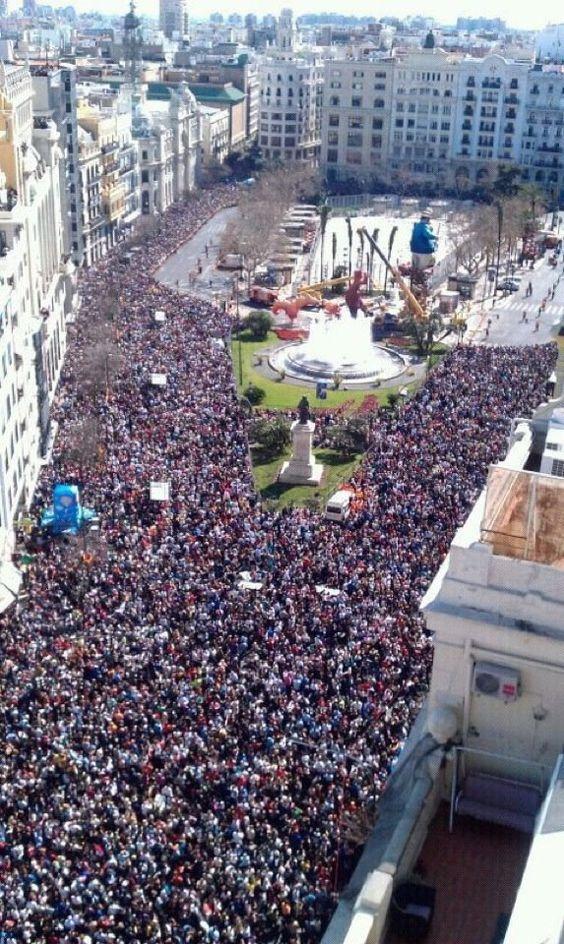 Les rues de Valence se remplissent à l'occasion des fallas.