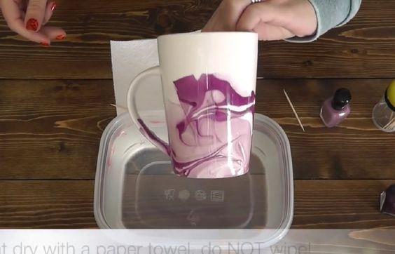Meravigliose tazze artistiche - basta immergerle un secondo in... acqua e... un goccio di smalto per unghie!