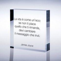 """Un regalo motivazionale per qualcuno che vogliamo sostenere nel cambiamento. Cubetto plexi con stampa aforisma """"La vita è come un'eco ..."""" di James Joyce:"""