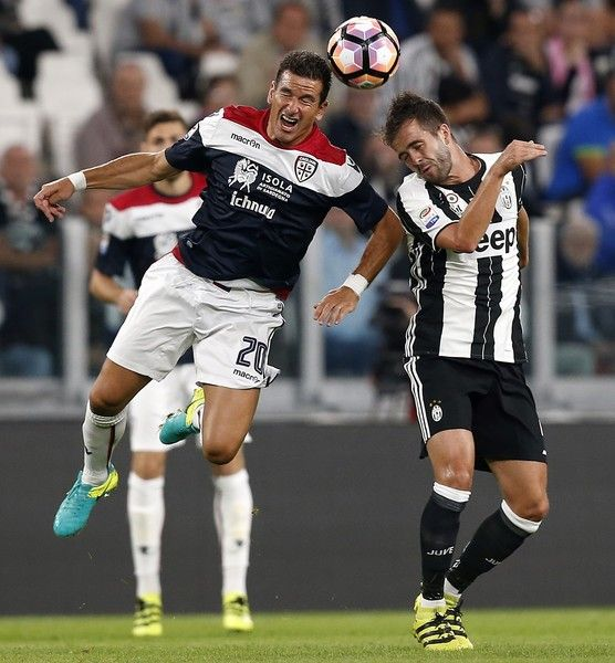 Juventus' midfielder Marko Pjaca from Croatia (L) fights for the ball with Juventus' midfielder Miralem Pjanic of Bosnia-Erzegovina during the Italian Serie A football match Juventus Vs Cagliari on September 21, 2016 at the 'Juventus Stadium' in Turin.  / AFP / MARCO BERTORELLO
