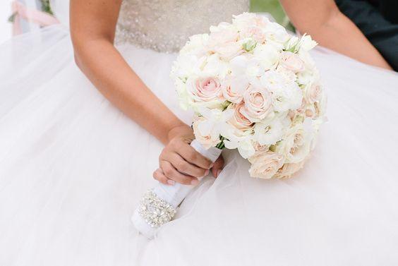 Brautstrauß pastell in den Farben weiß Apricot Grün. Rosen, Lisianthus, Brosche als Schmuck
