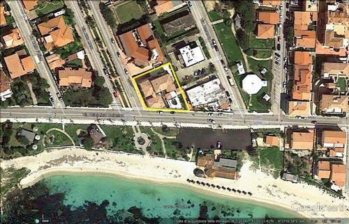 Proponiamo elegante appartamento piano terra a 50 metri dalla PRIMA SPIAGGIA di Golfo Aranci. L'immobile dispone di soggiorno-angolo cottura, camera matrimoniale ( bagno padronale ), seconda camera, bagno e ampia veranda prospiciente la spiaggia. L'appartamento dispone di impianto di climatizzazione in ogni vano, infissi esterni in TEK, cantinola e garage.  #sardegna #immobiliare #vendita #golfo #aranci