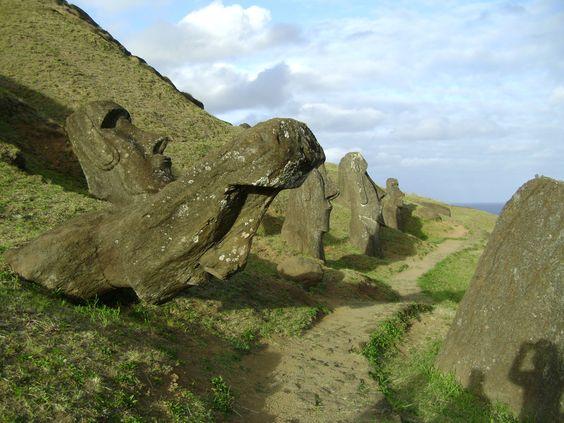 """Rano Raraku era como la fábrica de moais. Ahí los tallaban, luego los llevaban a su ubicación final en un ahu. Después los """"despertaban"""", poniéndoles ojos de coral blanco y negro. Desde entonces eran sagrados. Estos todavía no eran sagrados. Rapa Nui, Isla de Pascua, Chile.  Rano Raraku was like a moai factory. They carved them here, then moved them to their platforms (ahu), and then woke them up putting eyes on them, made of white and black coral. These were not yet awake. Easter Island."""