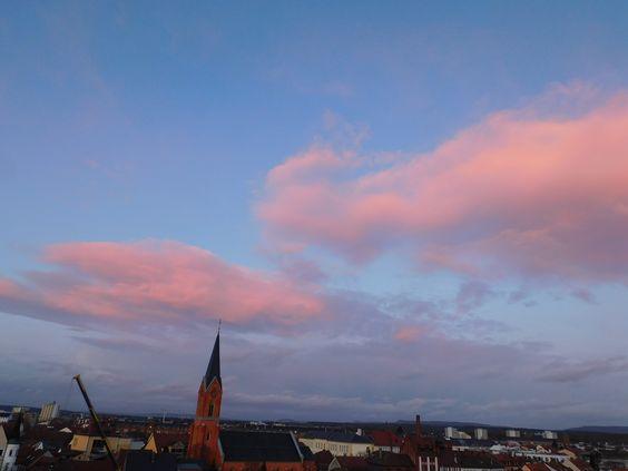 Riesige rosa Wolken erschienen heute am Himmel, als die Sonne unterging. Eine Himmelslandschaft nach einem Gewitter.