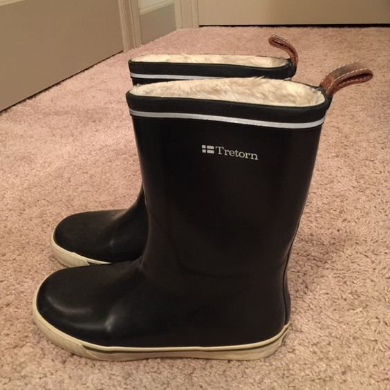 Tretorn Rainboots Pre-owned. Tretorn Rainboots w fur inside. See photos for condition. Womens size 6. Tretorn Shoes Winter & Rain Boots