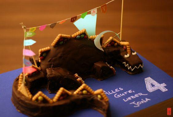Drache, Geburtstagskuchen für 4 jährigen, nach der Tutorial von http://www.instructables.com/id/Fire-Breathing-Dragon-Cake!!/