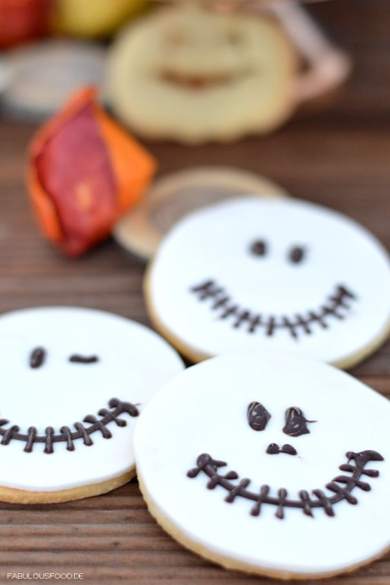 halloweeneventtable, halloween, sweettable, sweet, table, ghost, geist, geistern, rezepte, fabulous, food, blog, blogger, food, foodblogger, paperstraw, strohhalme, papierstrohhalme, kekse, plätzchen, boo, tortenplatte, tortenständer, kuchen, torte, pumpkin, lampe, halloweenrezepte, schaurig, keksausstecher, halloweenausstecher, ausstecher, kekse, cookies, glibberpudding, halloweenkekse, kürbistorte, kürbiskuchen, kürbis, blätter, herbst, autmun, halloweenparty, süßes, sonst, gibts, saures…