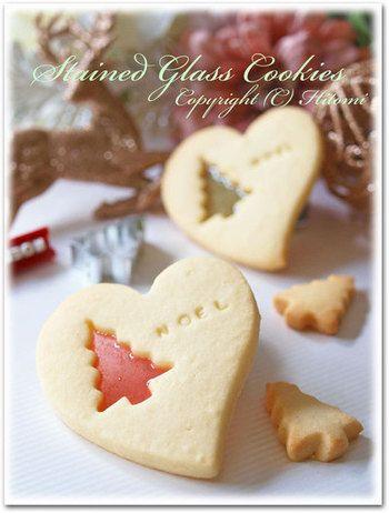 こちらも、クリスマスのステンドグラスクッキー。なんておしゃれなんでしょう。ステンドグラス部分を大きく取ったクッキーもいいですが、あえて窓を小さめに開けたステンドグラスクッキーもいいですね。