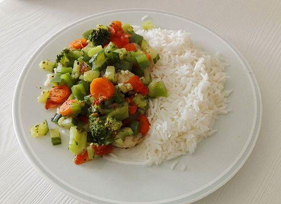 Ich glaube Studentin sein bringt irgendwie die Faulheit mit, man hat keine Wahl😁🙉🙈🙊 Ich bin sogar beim Kochen faul geworden, abgesehen davon, das ich nur noch in der Mensa esse (ja die haben dort immer etwas Veganes im Angebot, dafür dickes Lob💪💪) koche ich selbst lieber simpler, somit: Basmatireis + Gemüsemix 🌱 #yummi  Yummery - best recipes. Follow Us! #veganfoodporn