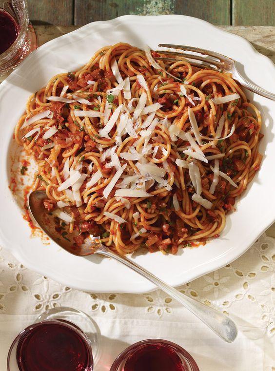 Recette de Ricardo de spaghetti all'amatriciana (Spaghettis à la sauce tomate piquante)