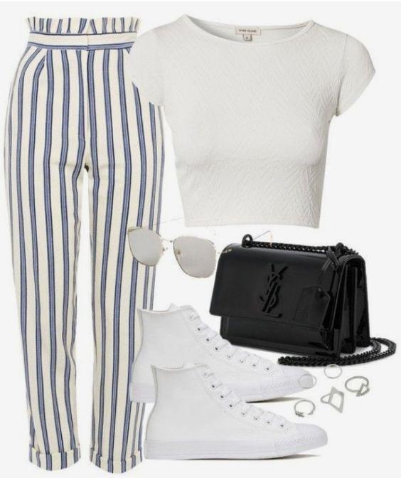 Cropped branco, calça listrada, tênis all star