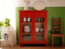 Armoire à linge HEMNES rouge avec portes en verre trempé et étagères murales EKBY HEMNES/EKBY STILIG blanches