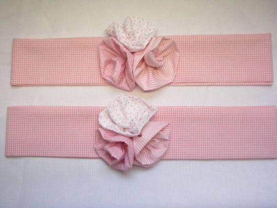 Lindos prendedores de cortina em tecido 100% algodão decorados por 3 delicadas rosas de tecido. Pode ser feito com faixa comprida para amarrar ou velcro. Fazemos com outras cores, estampas e temas. Consulte-nos! Valor referente ao par.
