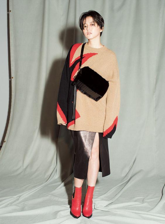 切り替えしが可愛いニットとレザースカートでコーディネートした長澤まさみさん