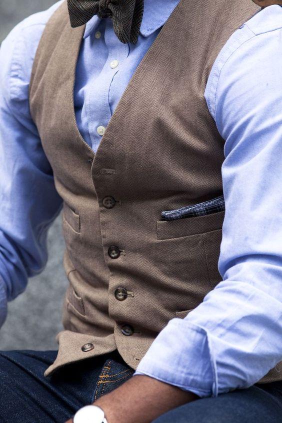 Un joli gilet marron clair à fins chevrons porté avec une chemise bleu et un…