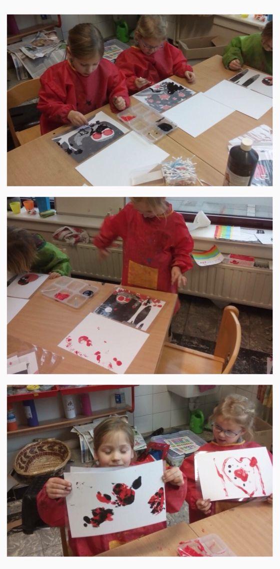 Schilderen op een gelamineerde prent en dan het schilderwerk afdrukken.   Tips:  Kleef het blad al aan je plaat zodat je het eenvoudig kan plooien om af te drukken.  Een beetje zeep bij je verf zorgt dat de verf niet te snel opdroogt en je makkelijk kan drukken.  Doorzichtige platen zijn leuk omdat je er telkens een andere prent onder kan steken.   #schilderen #afdrukken