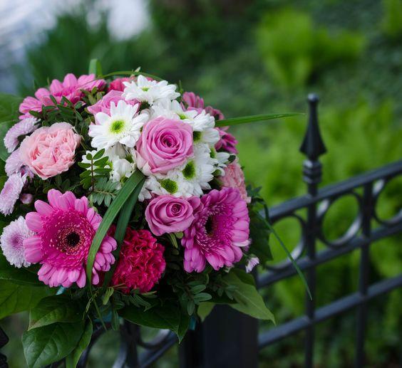 SENSATION // Die rosarote Brille für einen sensationellen #Sommertag: #Nelken, #Chrysanthemen, #Gerbera und #Rosen in zarten und kräftigen Rosa-Tönen im feinen Kontrast zum Weiß der grünäugigen Santini. #blumen #pink #coloful #blume2000 #blume2000de // Lieferbar bis zum 09.09.2015