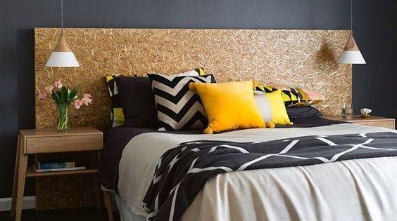 Facile et contemporaine, on peut se faire un tête de lit en quelques minutes avec un panneau de bois OSB (à partir de 7,65 euros le m2 euros en panneau de 169 x 63 cm en 18 mm d'épaisseur, à partir de 9,06 euros le m2 en panneau de 250 x 125 cm ép 9 mm). Une astuce pour rendre l'osb un brin plus chic et plus chaleureux : le vernir. Vu sur blueberryhome.fr/page/13/ et aussi blogs.cotemaison.fr/happy-life/2014/11/27/inspirations-osb-pour-ma-maison/