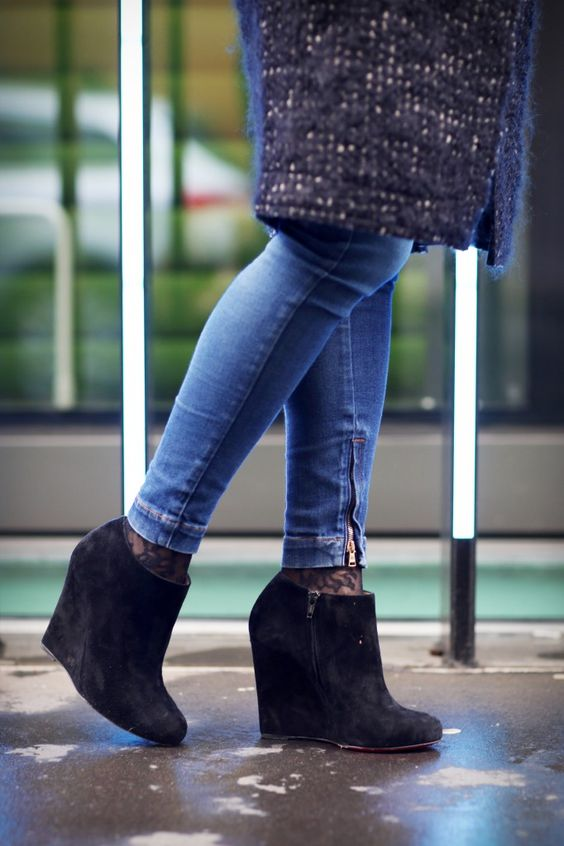 Boots You Can Wear In Dubai By Sweatshirts And Dresses