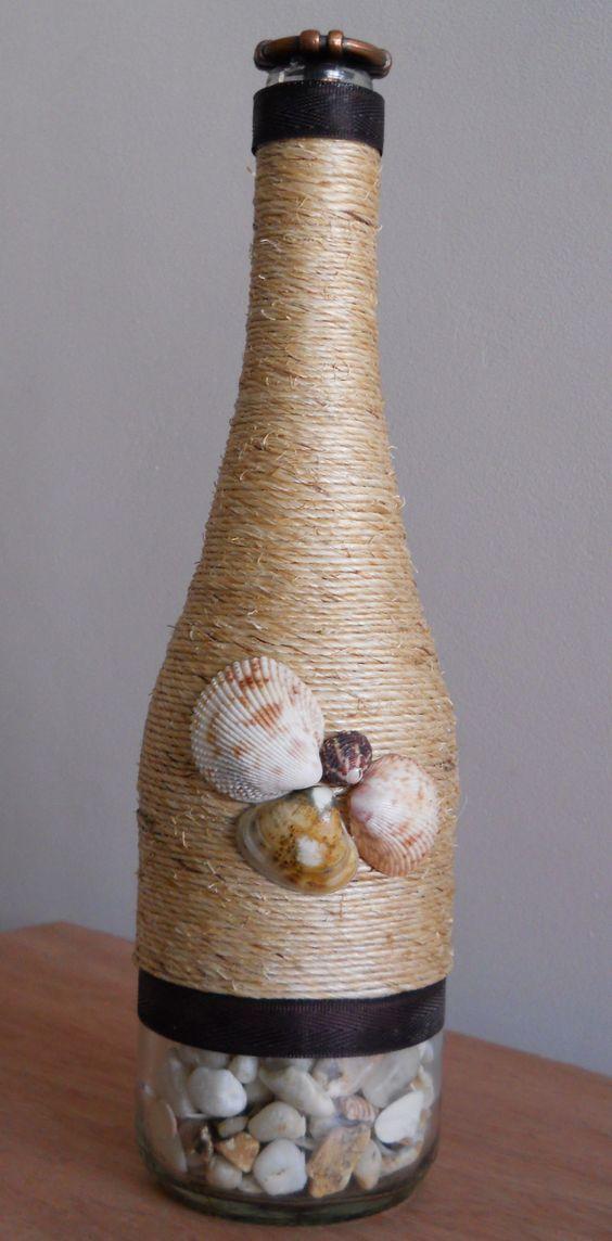 Botellas decoradas. Mecatillo, piedritas, cinta decorativa y conchas de mar.