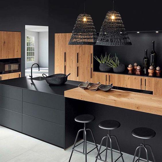 Cuisine épurée noire et bois façon loft avec un large plan de travail