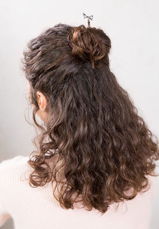 Gorgeous Easy Half Up Half Down Hairstyle With A Hair Stick Featuring Intricate Da Haarstab Schone Frisuren Fur Lockige Haare Frisuren Fur Lockiges Haar