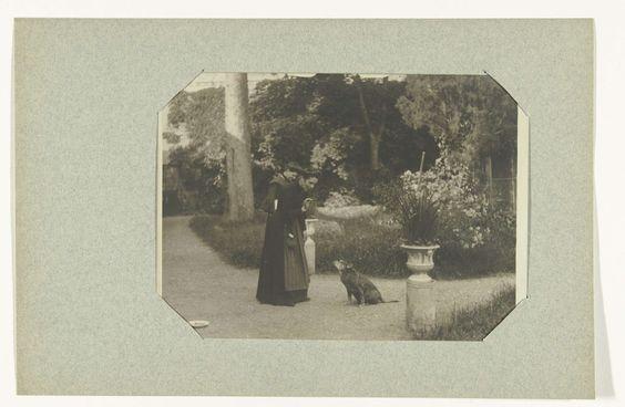 Anonymous | Twee vrouwen en een hond, Anonymous, 1905 |