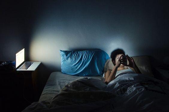 Dormire con lo smartphone fa male?