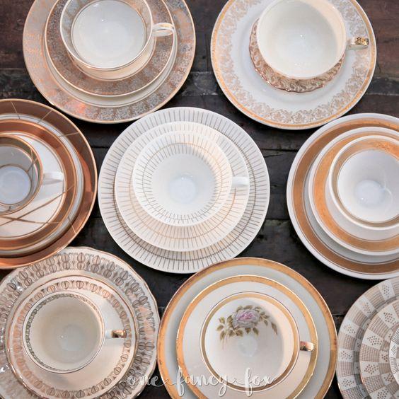 Besonderes Vintage Porzellan mit goldenen Ornamenten und Verzierungen für deine Hochzeit mieten! Über 100 wunderschöne Sammelgedecke vorrätig!