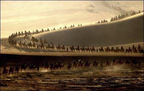 REUTERS/CHINA DAILY Turistas pasen en camello durante el Día Nacional de la Semana Doradam una fiesta nacional de siete días, en el oasis Mingsha Shan, en Dunhuang, provincia de Gansu [...]